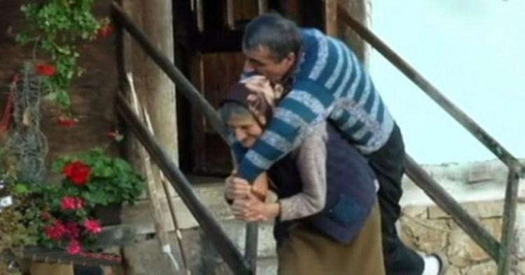 majka-nosi-sina.jpg